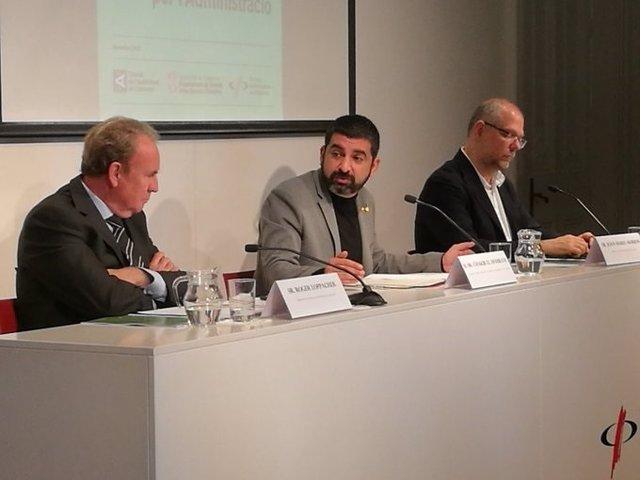 El presidente del CAC, Roger Loppacher, el conseller de Trabajo, Asuntos Sociales y Familias, Chakir el Homrani, y el vicedecano del Col·legi de Periodistes de Catalunya, Joan Maria Morros.