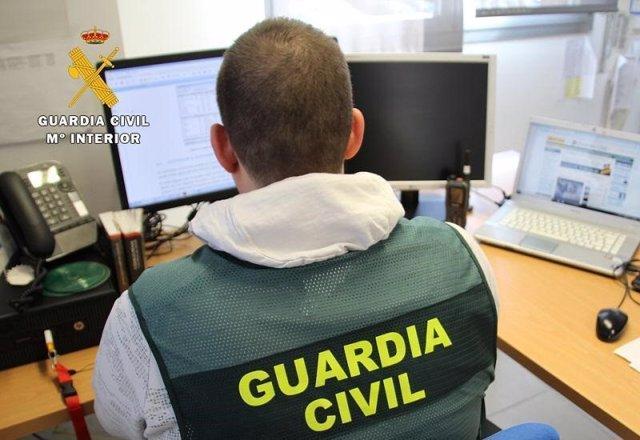 Un agente de la Guardia Civil rastrea las operaciones en Internet.