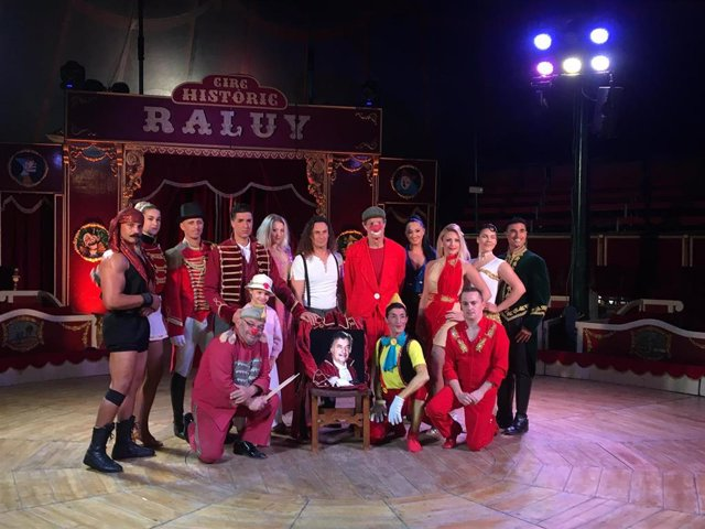 Los miembros de la compañía circense durante la presentación de su nuevo espectáculo