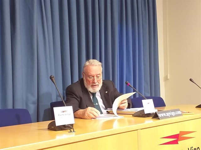 El presidente de la Autoridad Portuaria de Vigo, Enrique López Veiga, en una rueda de prensa tras la reunión del Consejo de Administración del Puerto.