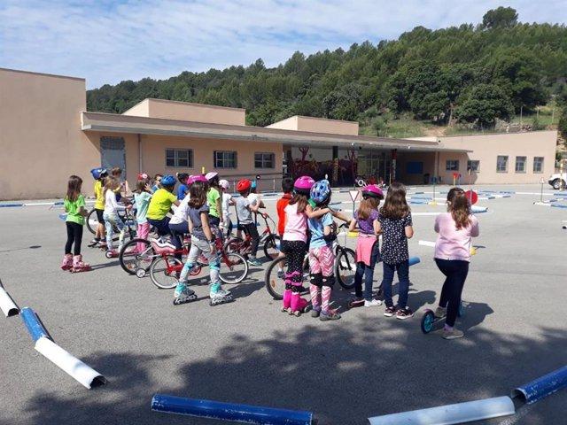 Nens en un parc d'educació vial d'Eivissa