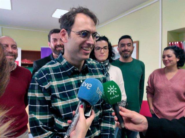 El coordinador general de IU Andalucía, Toni Valero, atendiendo a los periodistas en Jaén