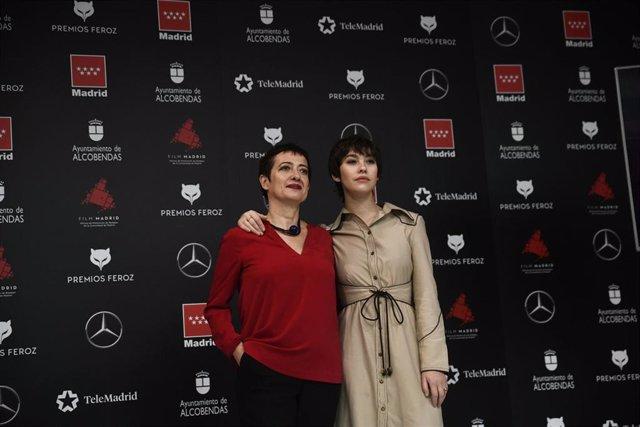 La presidenta de la AIC, María Guerra (i),  y la actriz Greta Fernández (d), posan en la presentación de los nominados a los Premios Feroz en la Consejería de Cultura y Turismo de la Comunidad, en Madrid (España).