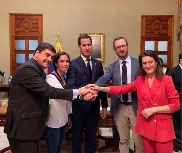 Juan Guaidó junto al portavoz del Grupo Popular en el Senado, Javier Maroto, y varios diputados del PP, Belén Hoyo, Valentina Martínez y José Ignacio Echániz.