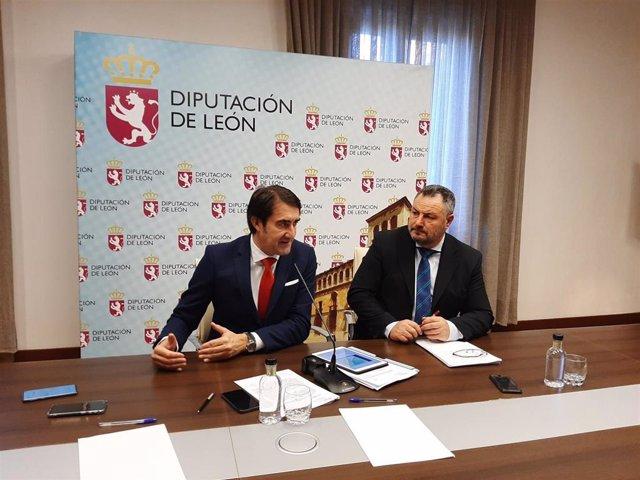 El consejero de Fomento y Medio Ambiente, Juan Carlos Suárez-Quiñones, en la comparecencia de prensa junto al presidente de la Diputación de León, Eduardo Morán.
