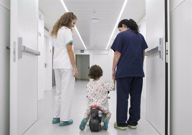 Quirónsalud Murcia mejora la experiencia del paciente infantil con réplicas de motos GP
