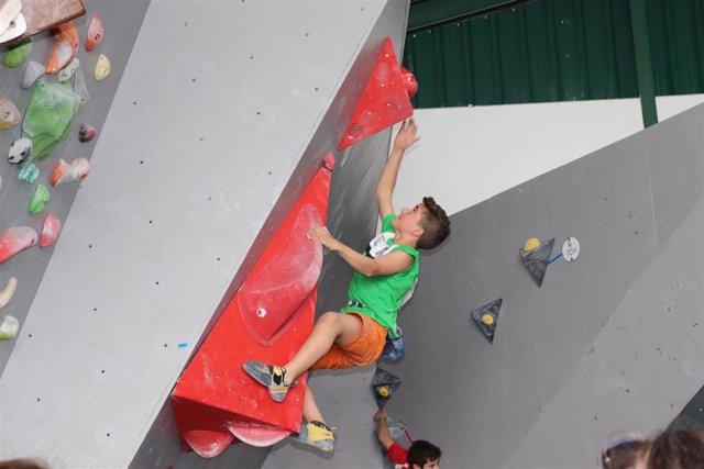 Un joven en el Campeonato de España de Escalada Infantil y Cadete en Plasencia (Cáceres).