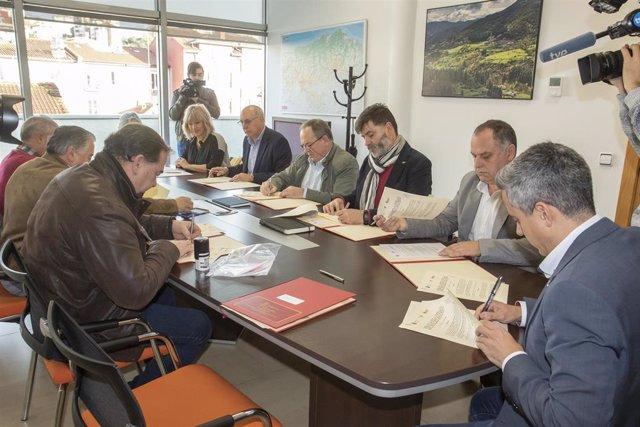 El vicepresidente y consejero de Universidades, Igualdad, Cultura y Deporte, Pablo Zuloaga, firma el convenio de colaboración con varios ayuntamientos para el programa de recursos educativos