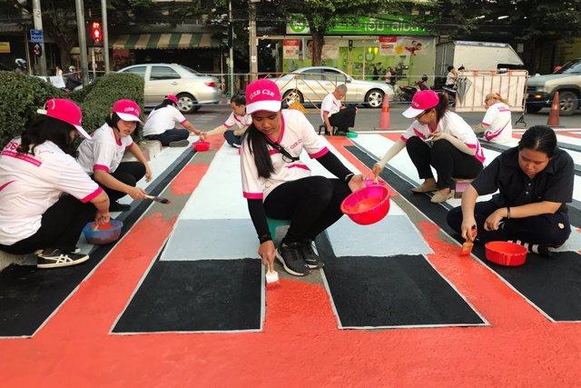 Un grupo de voluntarios pinta un paso de peatones en 3D en Bangkok