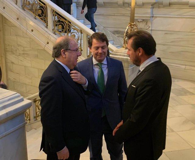 Juan Vicente Herrera (dcha) conversa con Alfonso Fernández Mañueco y Óscar Puente.