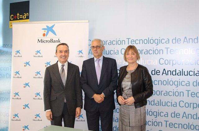 El presidente de MicroBank, Juan Carlos Gallego, el director general de CTA, Elías Atienza Alonso, y la directora territorial de CaixaBank en Andalucía Occidental, María Jesús Catalá, han firmado el convenio de colaboración.