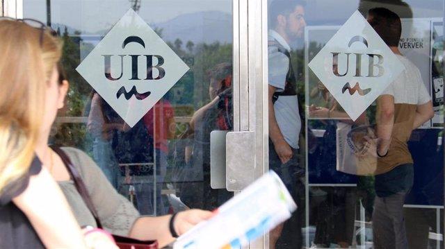 Puertas con el logo de la UIB.