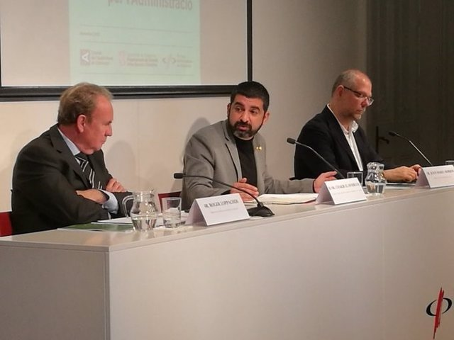 El president del CAC, Roger Loppacher, el conseller de Treball, Assumptes Socials i Famílies, Chakir l'Homrani, i el vicedegà del Col·legi de Periodistes de Catalunya, Joan Maria Morros.