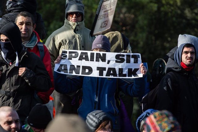 Pancarta amb el lema 'Spain, sit and talk' en el tall de la carretera de l'N-II convocat per Tsunami Democràtic, a la Jonquera (Girona), el 12 de novembre del 2019 (ARXIU)