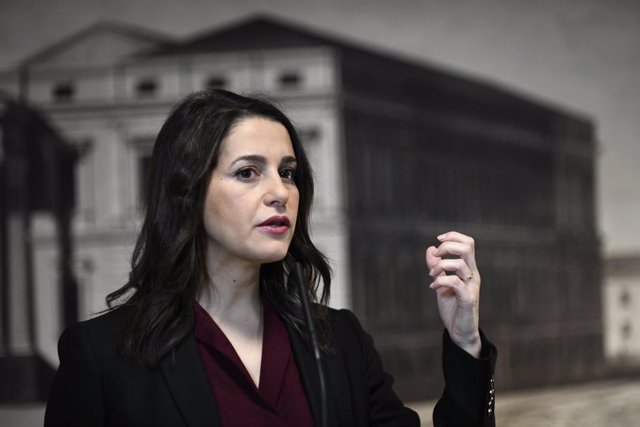 La portaveu de Ciutadans al Congrés,  Inés Arrimadas, ofereix declaracions als mitjans de comunicació després de presentar les seves credencials davant el Congrés dels Diputats, a Madrid (Espanya), a 29 de novembre del 2019