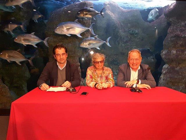 El director gerente del Acuario de Gijón, Alejandro Beneit, la alcaldesa gijonesa, Ana González, y el concejal de Medio Ambiente, Aurelio Martín