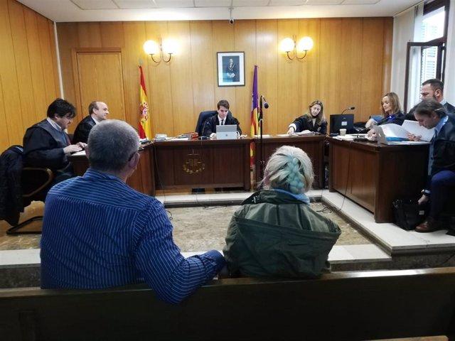 La acusada por el atropello mortal de Paula Fornés, junto a su marido, en el juicio en Palma.