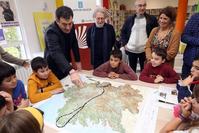 Román Rodríguez participando en la Semana Escolar do Camiño de Santiago en el CEIP Barouta