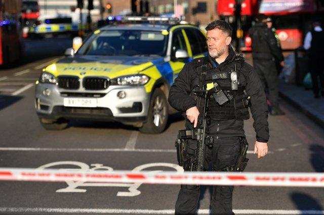 Un agente de la Policía con un arma vigila en el Puente de Londres tras un apuñalamiento con heridos