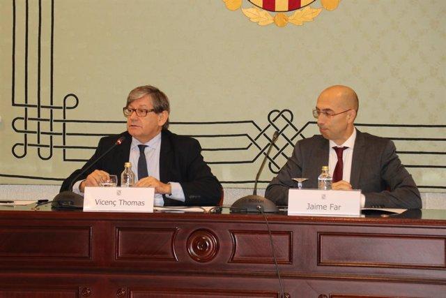 El president del Parlament, Vicenç Thomas, i el director de l'Oficina de Prevenció i Lluita contra la Corrupció de Balears, Jaume Far, en el Parlament
