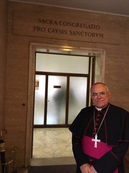 El obispo de Córdoba, Demetrio Fernández, ante la sala de la Congregación para las Causas de los Santos del Vaticano, en una imagen de archivo.