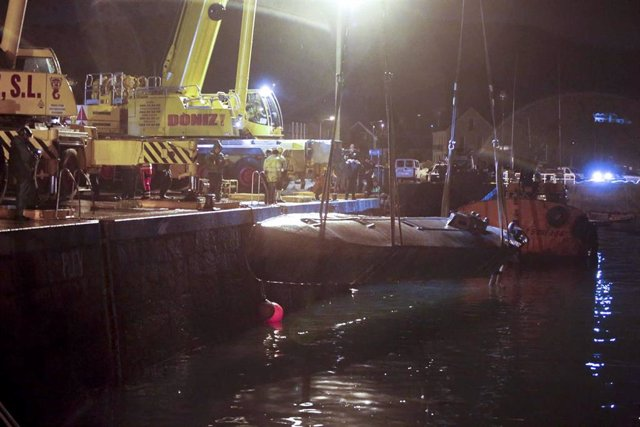 Dos grandes grúas logran reflotar al narcosubmarino hundido  a la entrada de la ría de Aldán, en Cangas (Pontevedra).