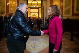 La presidenta del Congreso, Meritxell Batet, saluda a un ciudadano en las Jornadas de Puertas Abiertas
