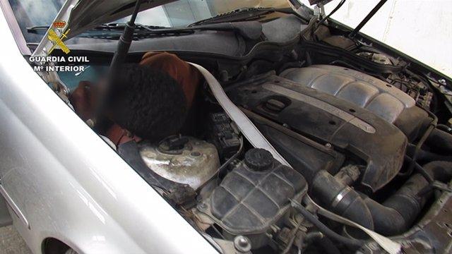 Uno de los inmigrantes ocultos en el motor del coche