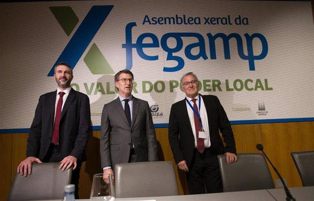 O presidente da Fegamp, Alberto Varela, o presidente da Xunta, Alberto Núñez Feijóo, e o expresidente da Fegamp, Alfredo García (de esquerda a dereita)