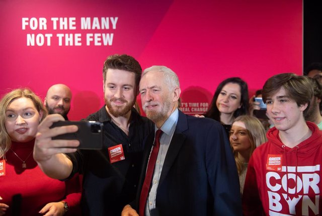 El líder del Partido Laborista de Reino Unido, Jeremy Corbyn, con simpatizantes