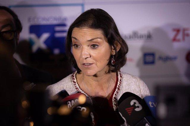 La ministra en funcions d'Indústria, Comerç i Turisme, Reyes Maroto, atén als mitjans de comunicació a la seva arribada al XXIV Trobada d'Economia de S'Agaró (Girona) a 29 de novembre de 2019.