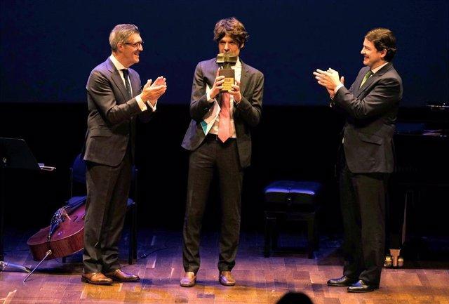 El presidente de la Junta de Castilla y León, Alfonso Fernández Mañueco, junto al preamiado, Lucas Sigman, y el presidente de la FELE, Javier Cepedano.