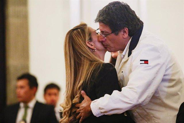 El ministro de Presidencia del actual Gobierno de Bolivia, Jerjes Justiniano, abraza a la autoproclamada presidenta interina del país, Jeanine Áñez.