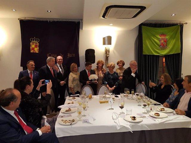 Reyes recibe el galardón como jiennense del año 2018 concedido por la Casa de Jaén en Málaga.