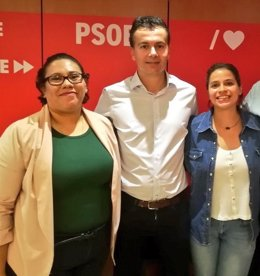 El secretario de Relaciones Internacionales del PSOE, Héctor Gómez, con las activistas nicaragüenses Eli Aguilar y Amaya Coppens.