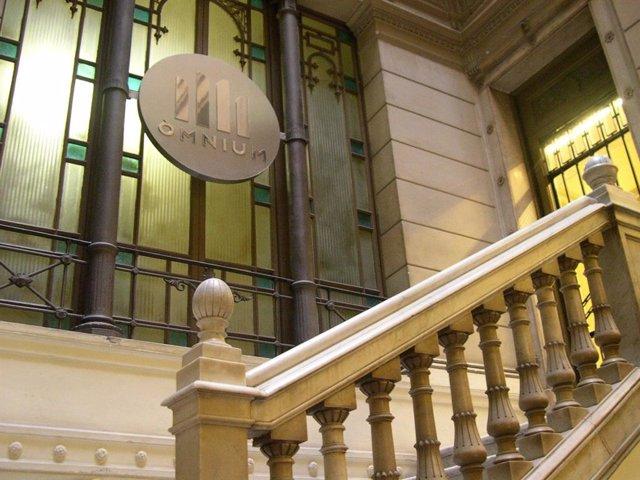 Entrada a la seu d'Òmnium Cultural.