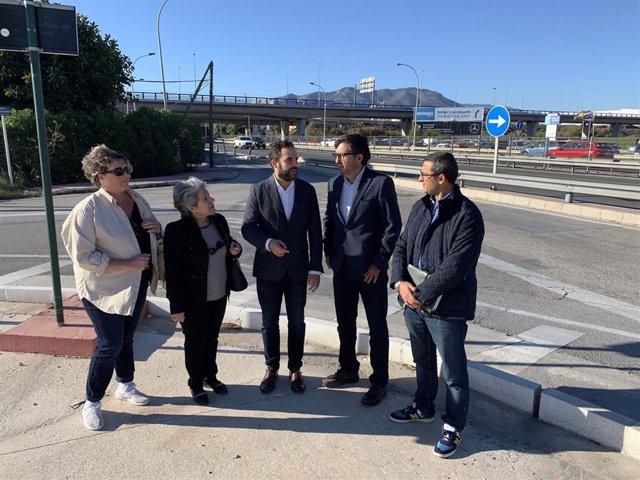 Los socialistas Daniel Perez y Maria del Carmen Martin junto a empresarios del polígono industrial Villa Rosa.