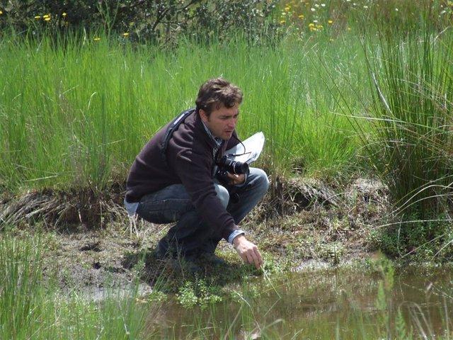 El investigador cordobés Rafael Vega-Pozuelo en uno de los humedales de la provincia de Jaén que ha catalogado.