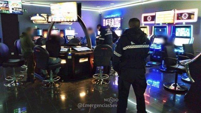 La Policía Local de Sevilla en un salón de juegos.