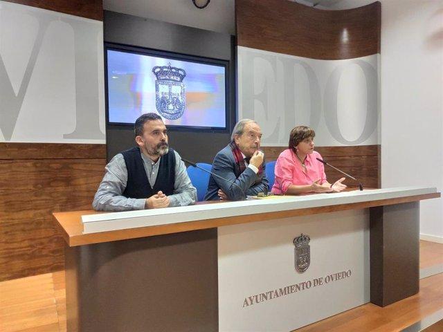 El concejal Ricardo Fernández, junto al portavoz del PSOE Wenceslao López, y la edil Ana Rivas, en rueda de prensa