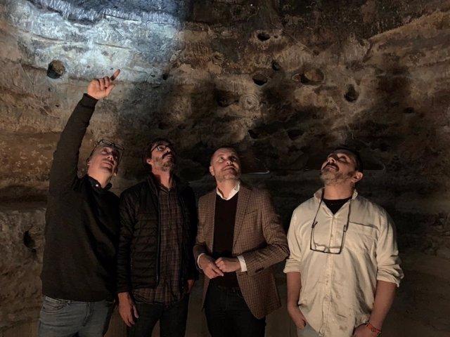 Personal artístico de Fctum Arte y técnicos del Cabildo de Gran Canaria muestran la réplica de Risco Caído