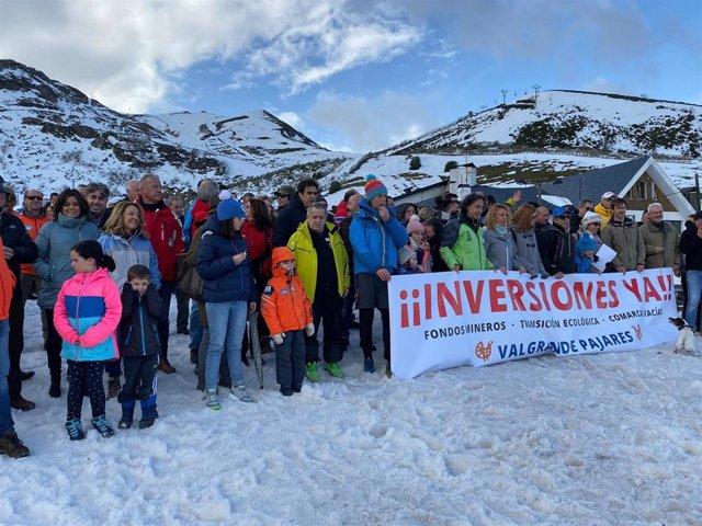 La portavoz del PP en la JGPA, Teresa Mallada, participa en la concentración en apoyo a las inversiones en Valgrande-Pajares.