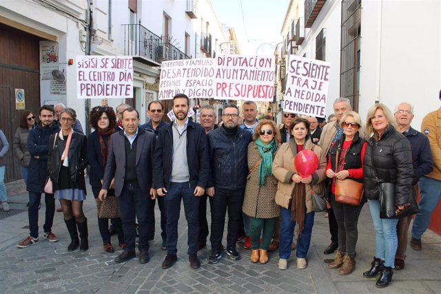 El secretario general del PSOE de Málaga y parlamentario autonómico, José Luis Ruiz Espejo, participa en la concentración en demanda de la apertura del Centro de Alzheimer.