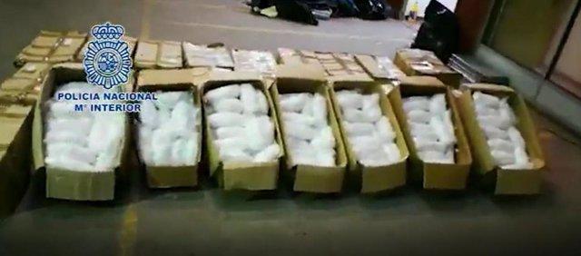 La Policia Nacional confisca 631 quilos de metamfetamina a Badalona (Barcelona).