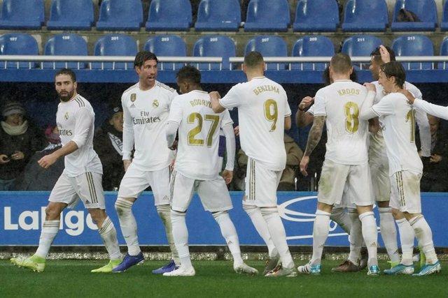 Jugadores del Real Madrid celebran un gol en Mendizorrotza