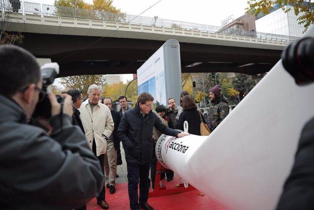 Una pala de aerogenerador 'aterriza' en plena Castellana de Madrid