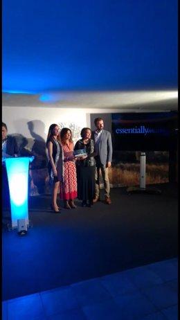 La directora gerente del IDI, Mariona Luis, recogiendo el premio junto con Marlene Albaladejo, en representación de los productores participantes en Made in Mallorca.