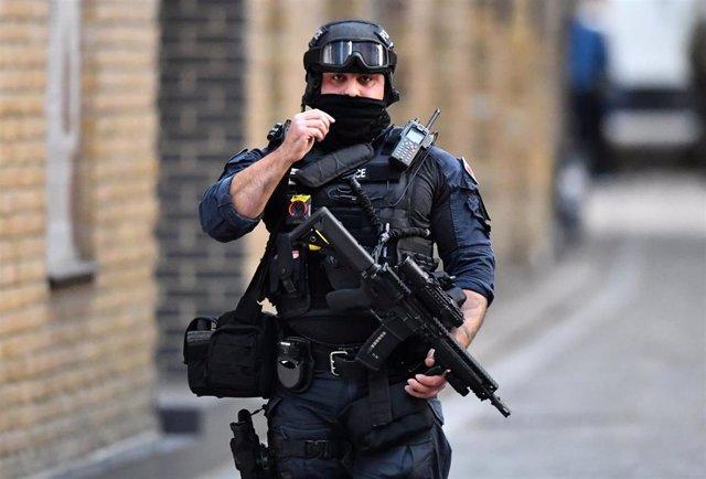 Un policía británico en el Puente de Londres tras el ataque.