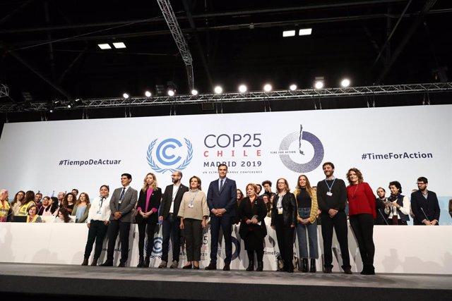 El president del Govern espanyol en funcions, Pedro Sánchez, i la ministra de Transició Ecològica en funcions, Teresa Ribera, en la seva visita a les instal·lacions d'IFEMA en què se celebrarà la COP25.