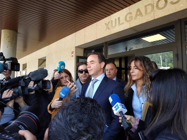 El abogado de la familia de Diana Quer, Ricardo Pérez Lama, a la salida de los juzgados de Ribeira.